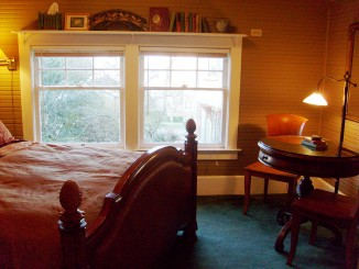 Walk to downtown shops, waterfront restaurants & Antique Row from this Seattle Tacoma vacation rentals cottage.